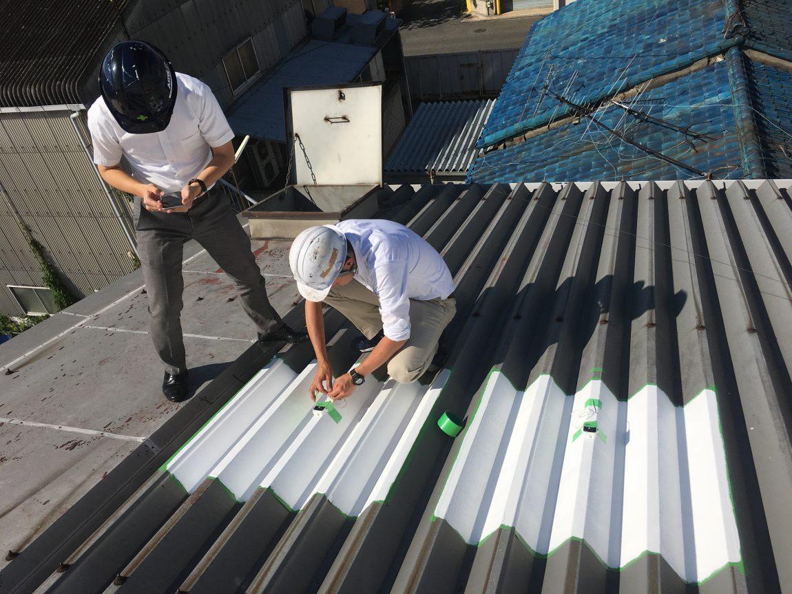 工場の屋根に遮熱塗料の試験施工